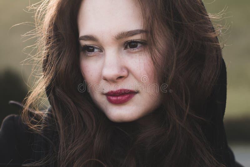 Het modieuze, elegante vrouw openlucht glimlachen royalty-vrije stock foto