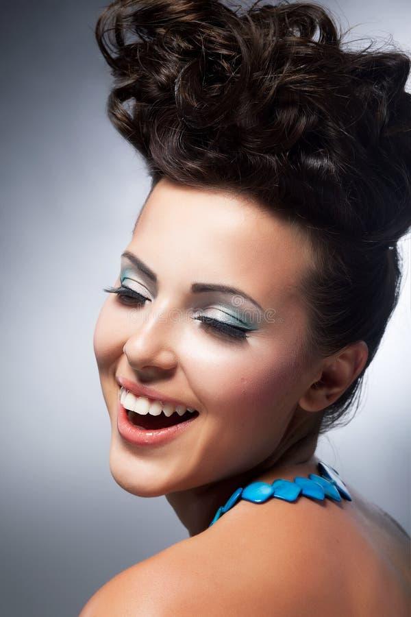Het modieuze jonge sexy schoonheid glimlachen. Glamour stock foto's