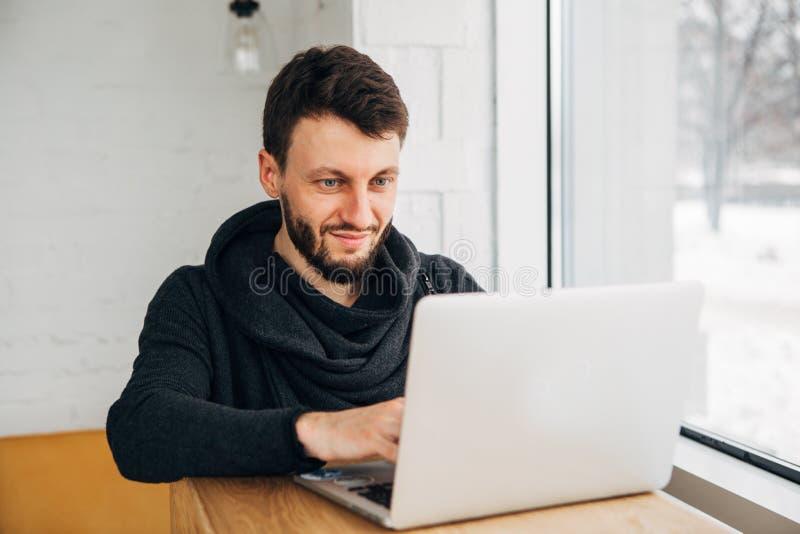 Het modieuze mannelijke freelancer werken aan nieuw startproject die Internet-onderzoekers maken die gegevens analyseren die lapt stock afbeelding