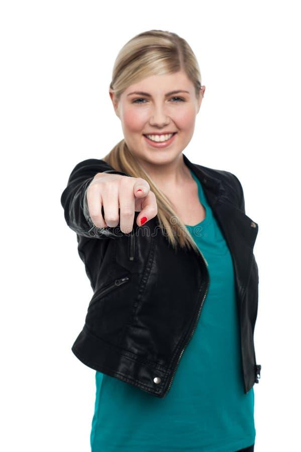 Het modieuze meisje die van de blondetiener u aanwijzen royalty-vrije stock afbeelding