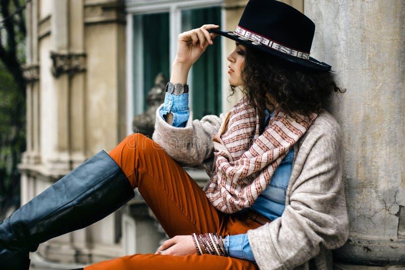 Het modieuze meisje in hoed met maakt omhoog stock foto