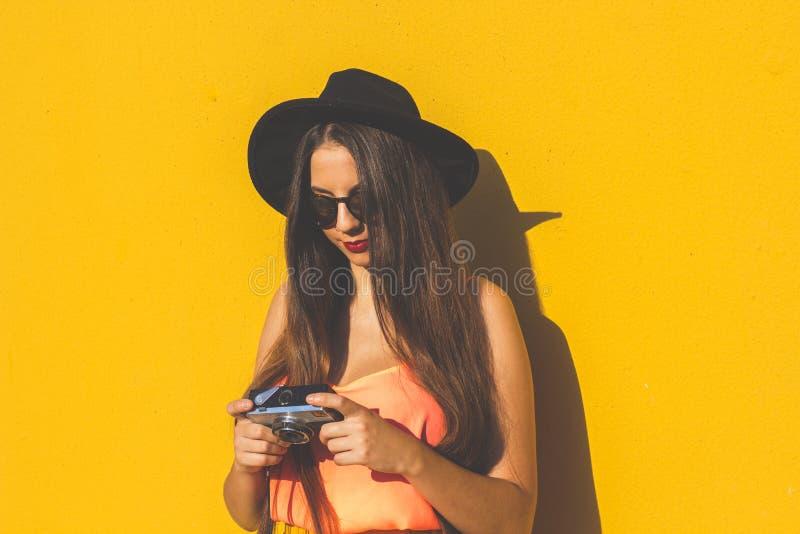 Het modieuze meisje van Hipster in geel royalty-vrije stock afbeelding