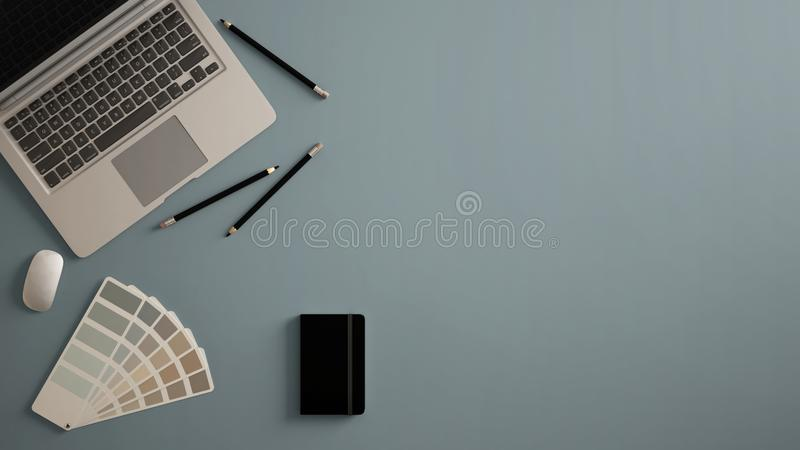 Het modieuze minimale bureau van de bureaulijst De werkruimte met laptop, het notitieboekje, de potloden en de steekproef kleuren royalty-vrije illustratie
