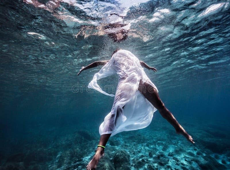 Het modieuze model onderwater dansen stock afbeelding