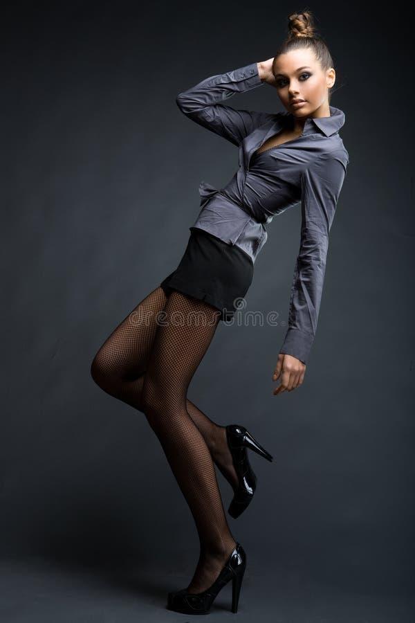 Het modieuze modelmeisje in het interesseren stelt royalty-vrije stock fotografie