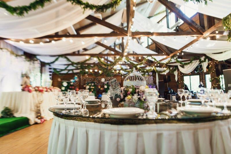 Het modieuze mooie decor van het luxehuwelijk met heel wat bloemen  stock fotografie