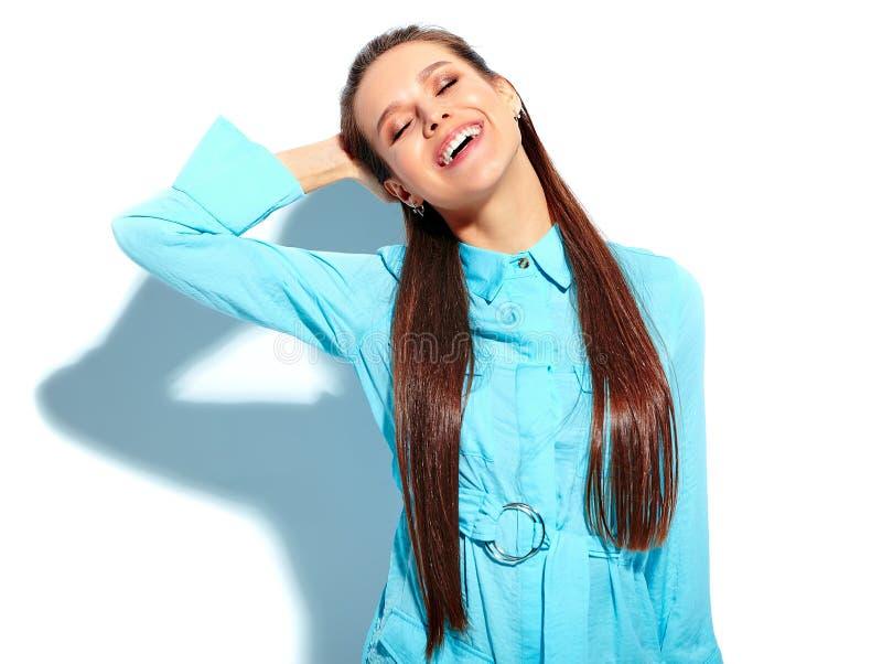 Het modieuze mooie donkerbruine vrouw model stellen in studio royalty-vrije stock afbeelding