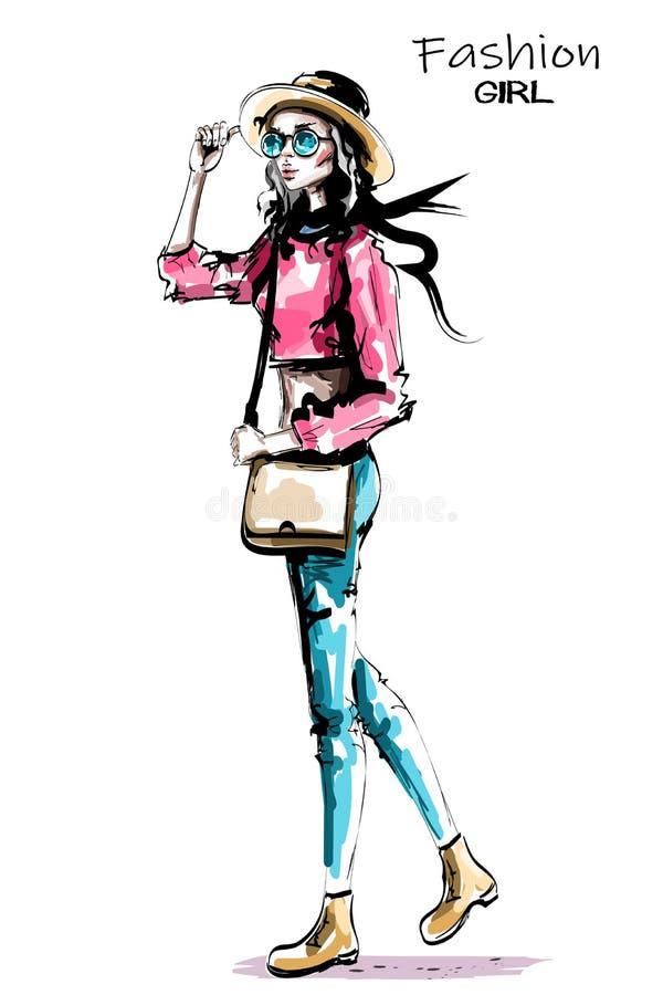 Het modieuze mooie maniervrouw lopen De manier ziet eruit Hand getrokken vrouw in hoed en zonnebril royalty-vrije illustratie