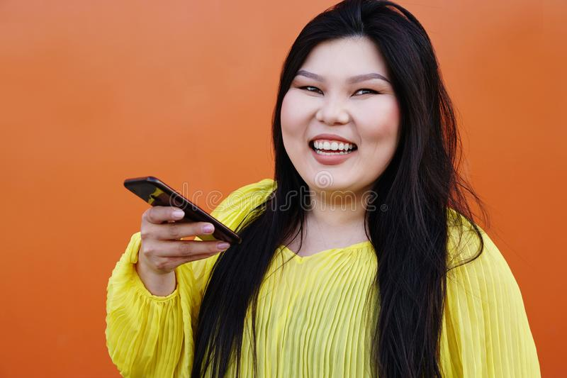 Het modieuze pan-Aziatische meisje openlucht stellen royalty-vrije stock foto