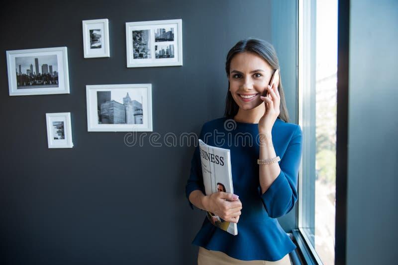 Het modieuze positieve meisje heeft plezierige mededeling stock foto's