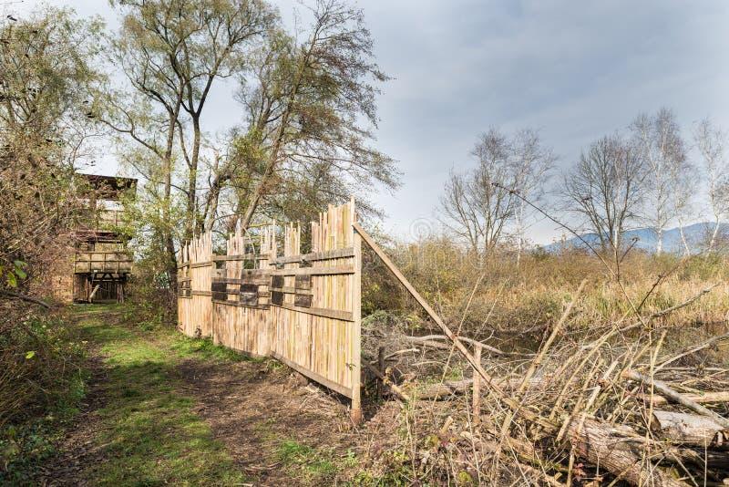 Het moeras van natuurreservaatbrabbia, provincie van Varese, Italië Vogelobservatietoren en beveiligingsbarrière royalty-vrije stock afbeeldingen