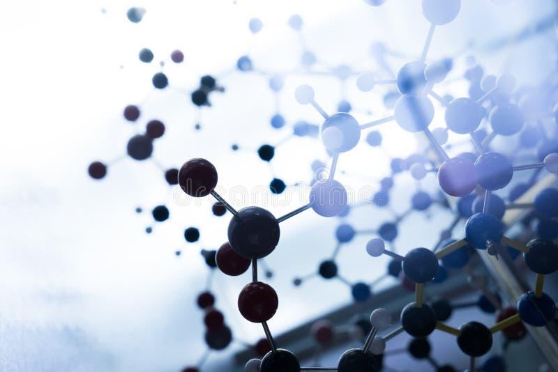 Het moleculaire, model van DNA en van het atoom in het laboratorium van het wetenschapsonderzoek royalty-vrije stock afbeeldingen
