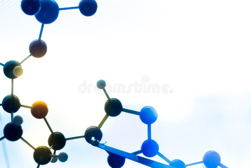 Het moleculaire, model van DNA en van het atoom in het laboratorium van het wetenschapsonderzoek stock foto's