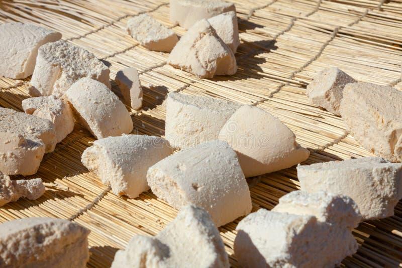 Het Mongoolse de harde kaas van Aaruul of van Gurt drogen op zon stock fotografie