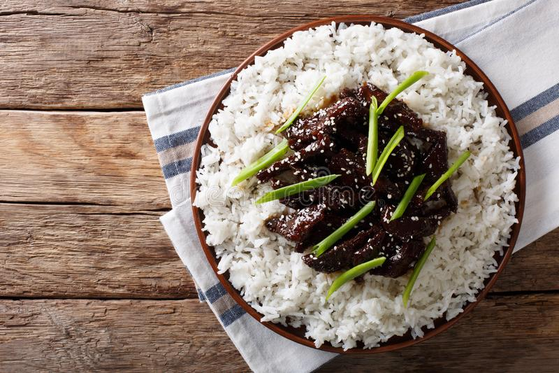Het Mongoolse rundvlees met saus en versiert van rijst horizontale bovenkant vi stock foto