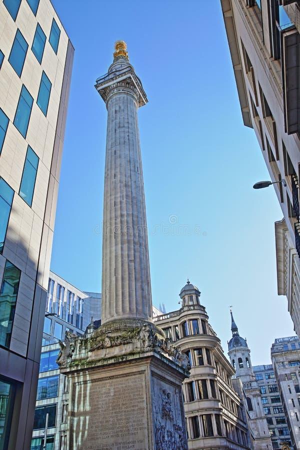 Het Monument aan de grote brand in Londen dat door moderne gebouwen in het financiële district van de Stad van Londen met St Ma w royalty-vrije stock foto