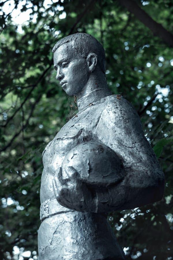 Het monument aan de Sovjetlegermilitairen stierf in Wereldoorlog II in Kopachi, de vervreemding van Tchernobyl zon stock foto's