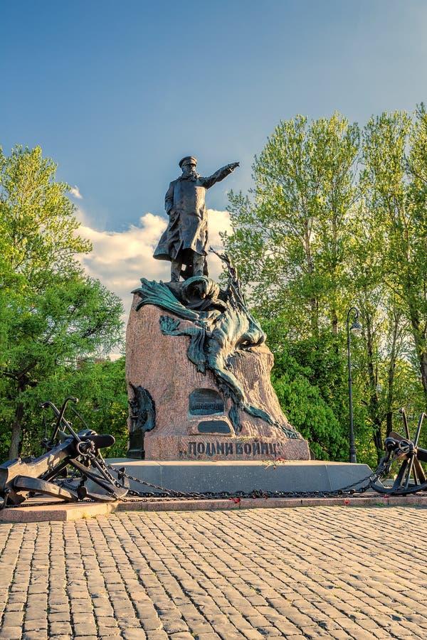 Het monument aan Russische ondeugd-admiraal Stepan Makarov op Yakornaya ploschad verankert vierkant in Kronstadt, Rusland royalty-vrije stock foto