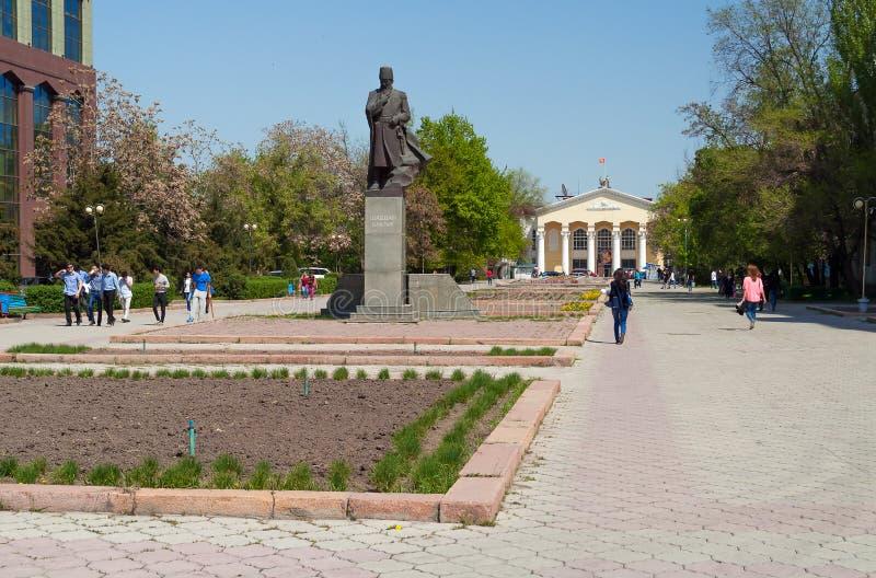 Het monument aan Shabdan Baatyr (Shabdan Djantaev) en Kyrgyz Nationale Universiteit noemde Zhusup Balasagyn royalty-vrije stock fotografie