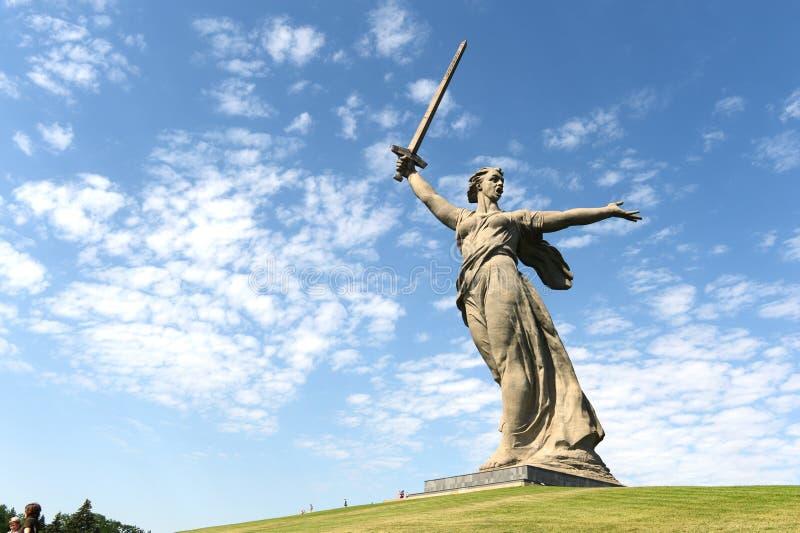 Het monument het Vaderland roept binnen Volgograd stock foto's