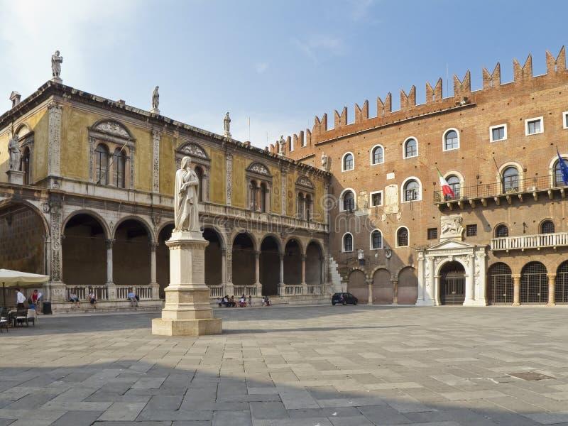 Het monument van Dante in de middagzon. stock foto