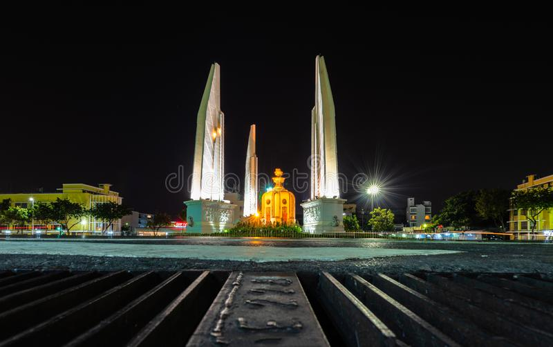 Het monument van de Democratie is een openbaar monument in het centrum van Bangkok, hoofdstad van Thailand stock afbeeldingen
