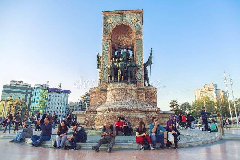 Het Monument van de republiek bij Taksim-Vierkant in Istanboel stock foto