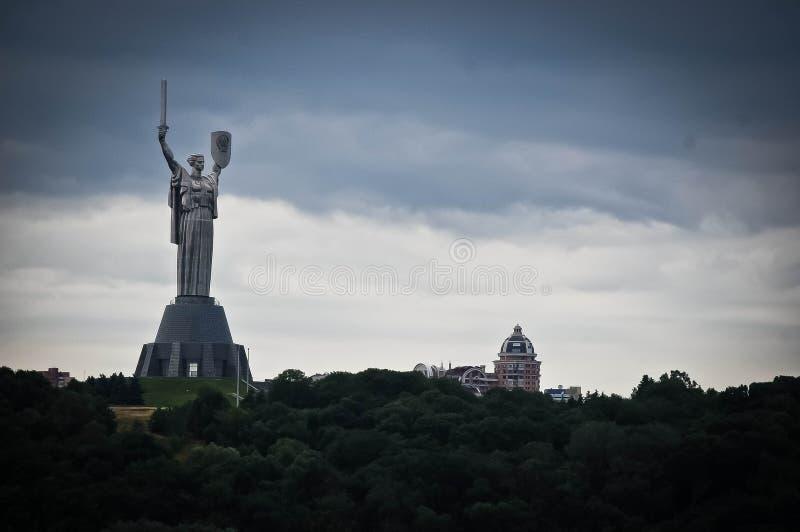 Het monument van het vaderland in Kiev, de Oekraïne stock afbeelding