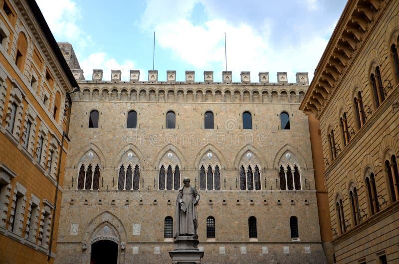 Het monument van Sallustio Bandini op Vierkante Salimbeni in Siena, Italië stock afbeeldingen