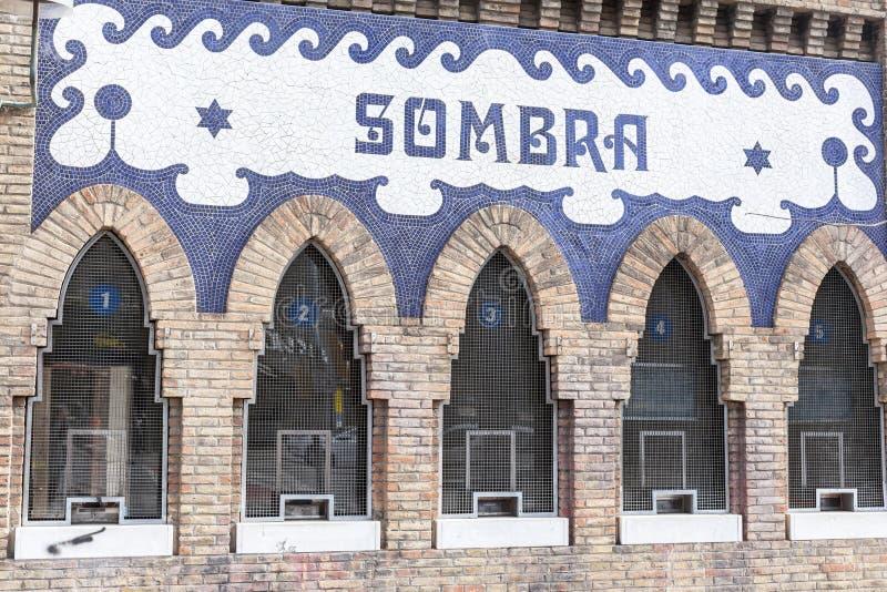 Het Monumentale bespreekbureau van de detailvoorgevel van arena, teken Sombra, sha stock foto's