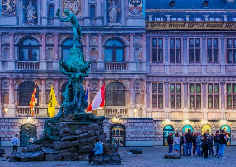 Het monumentenstandbeeld bij het stadhuis van de stad van Antwerpen, populaire stadsarchitectuur, grotemarkt, Antwerpen, België,  stock afbeeldingen