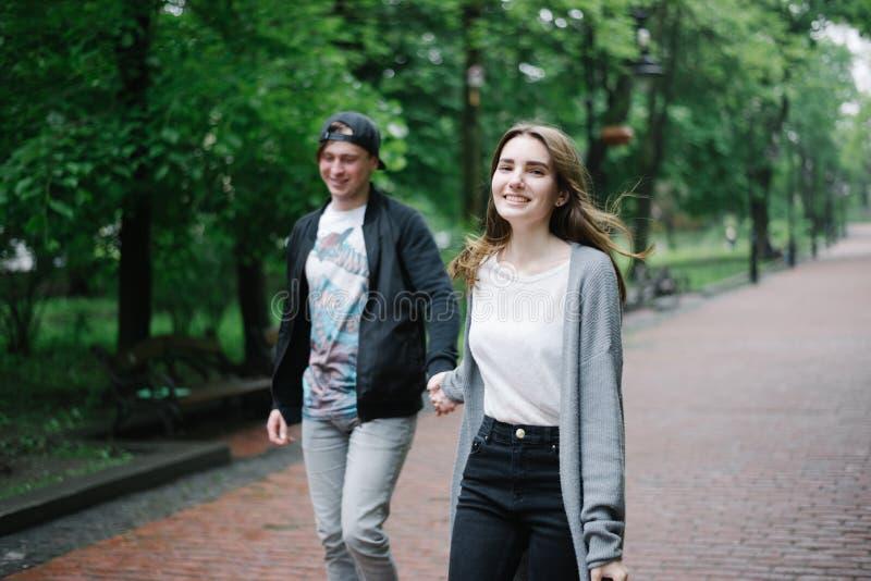 Het mooi cople lopen en spel in het park royalty-vrije stock foto's