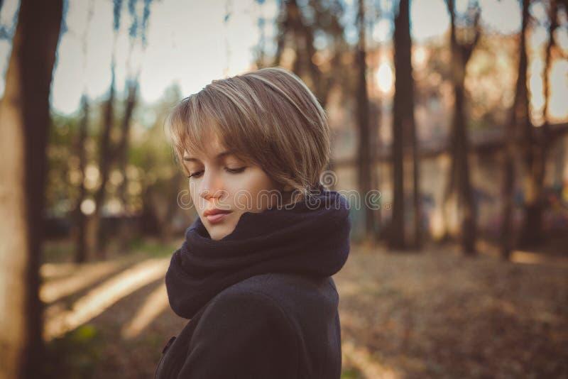 Het mooie aantrekkelijke jonge openluchtportret van de vrouwenherfst in laag stock fotografie