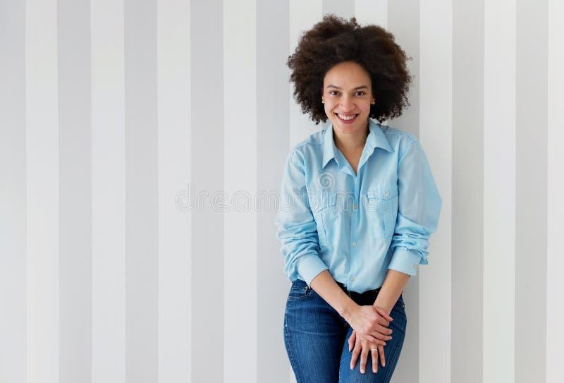 Het mooie Afrikaanse Amerikaanse vrouw glimlachen stock fotografie