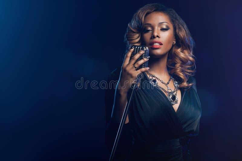 Het mooie Afrikaanse vrouw zingen royalty-vrije stock afbeelding