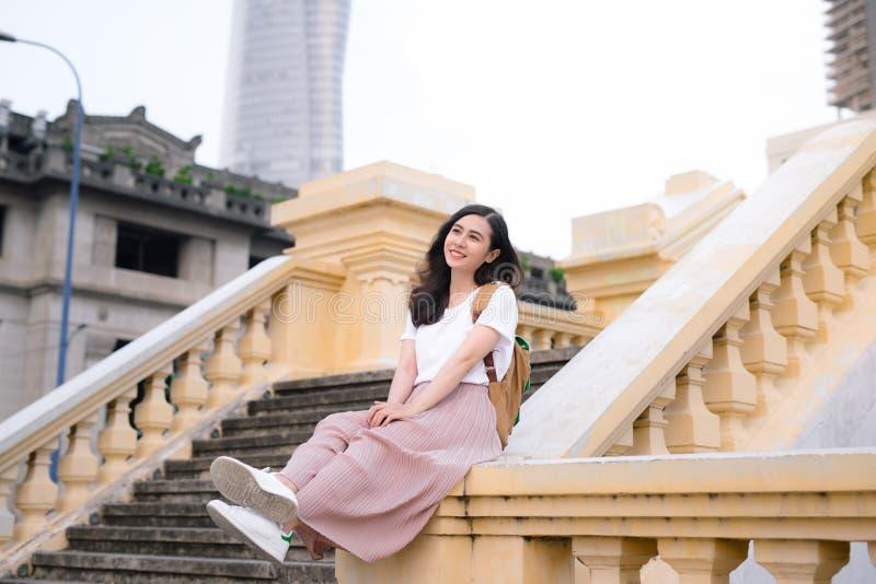 Het mooie Aziatische meisje heeft in openlucht een rust stock afbeelding
