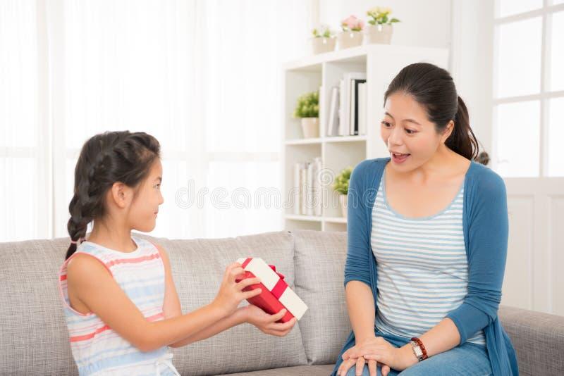 Het mooie Aziatische meisje verzendt een gift naar haar moeder royalty-vrije stock foto's