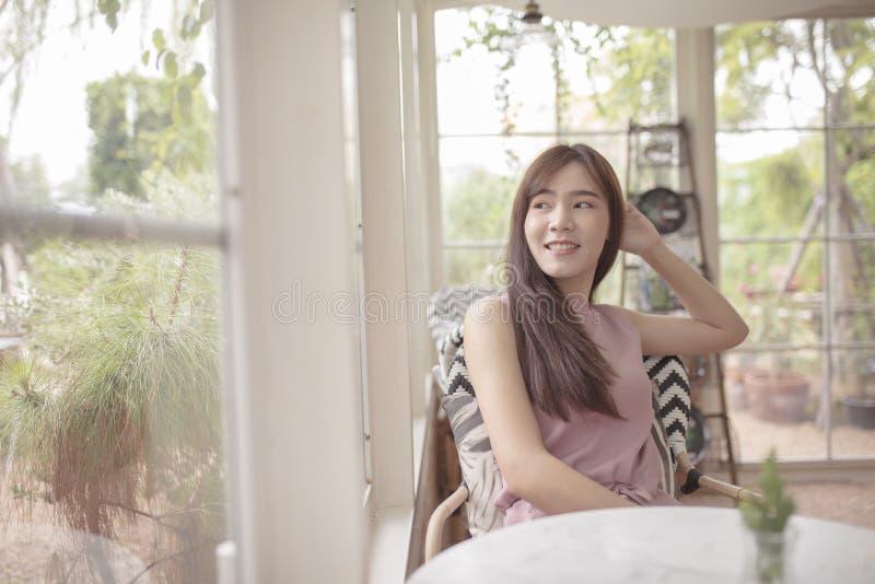 Het mooie Aziatische vrouw ontspannen in huiswoonkamer royalty-vrije stock afbeeldingen