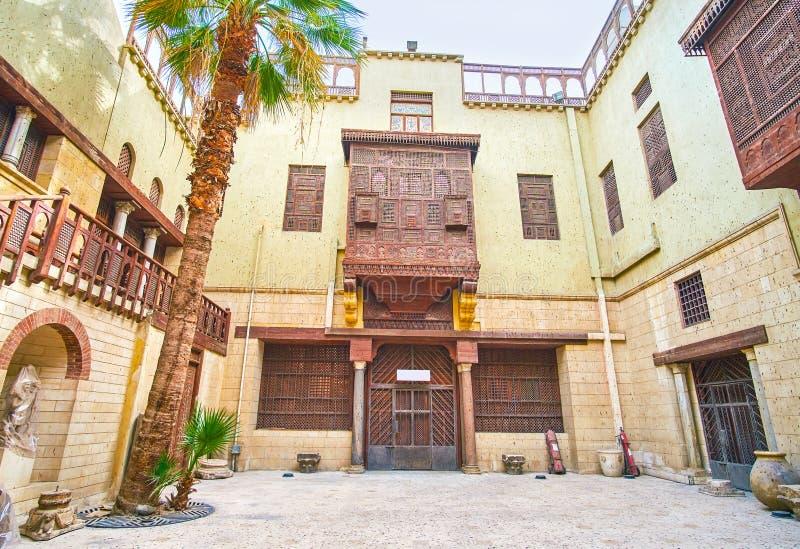 Het mooie balkon van historisch gebouw in Koptisch Kaïro, Egy stock afbeelding