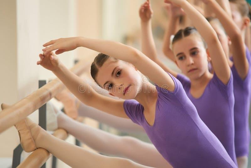 Het mooie ballerina uitrekken zich bij staaf royalty-vrije stock fotografie