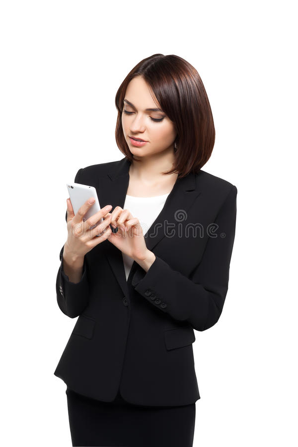 Het mooie bedrijfsvrouw typen op haar smartphone stock foto