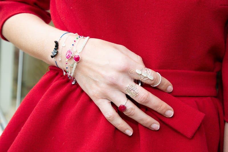 Het mooie beeld van de de armbandenclose-up van bijouteriearmbanden op hand stock fotografie