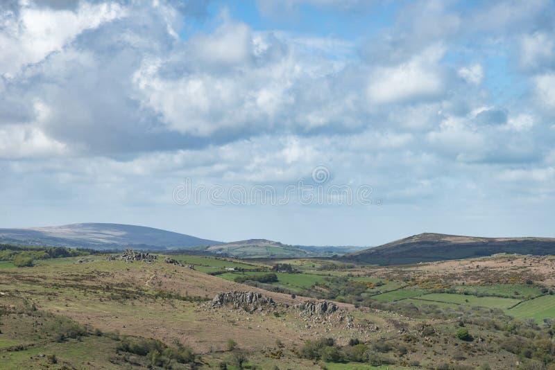 Het mooie beeld van het de Lentelandschap van mening van Haytor in het Nationale Park van Dartmoor in Devon England op mooie zonn stock fotografie