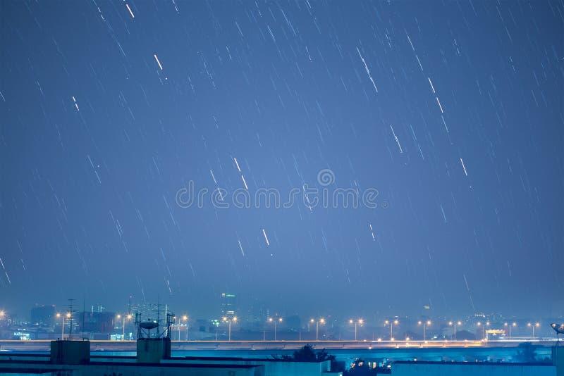 Het mooie beeld van de stersleep tijdens de nacht van Geminids mete royalty-vrije stock foto