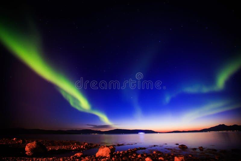 Het mooie beeld van massieve multicolored groene trillende Aurora Borealis, Aurora Polaris, kent ook als Noordelijke Lichten in N stock fotografie