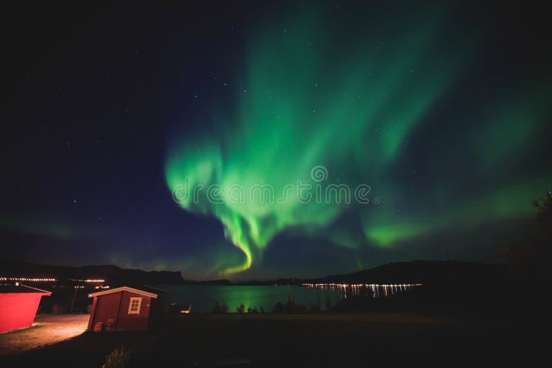 Het mooie beeld van massieve multicolored groene trillende Aurora Borealis, Aurora Polaris, kent ook als Noordelijke Lichten in N royalty-vrije stock foto