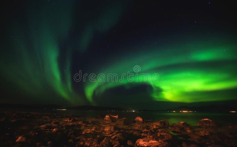 Het mooie beeld van massieve multicolored groene trillende Aurora Borealis, Aurora Polaris, kent ook als Noordelijke Lichten in N royalty-vrije stock afbeelding