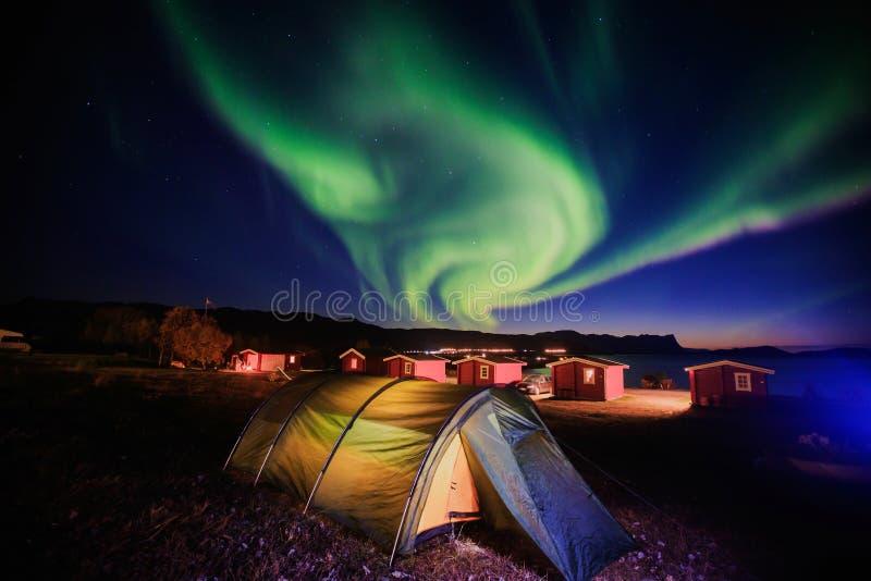 Het mooie beeld van massieve multicolored groene trillende Aurora Borealis, Aurora Polaris, kent ook als Noordelijke Lichten in N stock afbeelding