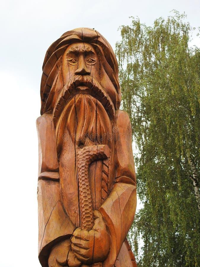 Het mooie beeldhouwwerk van de besnoeiings oude mens in park, Litouwen stock fotografie