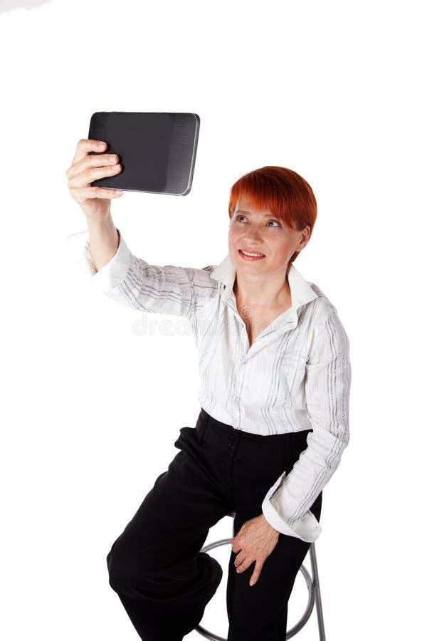 Het mooie bejaarde fotografeert een tablet stock foto
